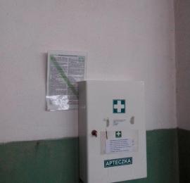 zapewnienie apteczek, instrukcji, oznakowania
