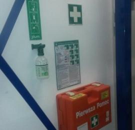 zapewnienie oczomyjek i apteczek, znaki